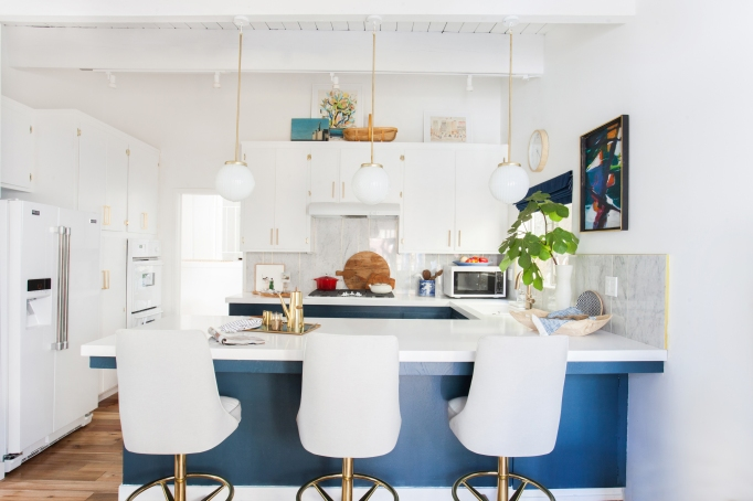 kitchen_after_emily-henderson-blue-white-brass-lighting-overall